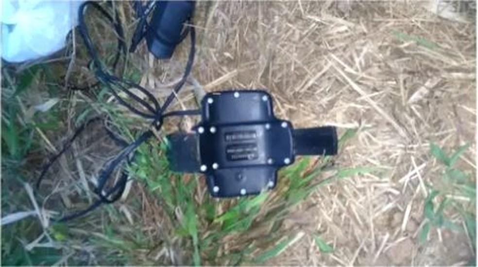 Tornozeleira encontrada em terreno baldio (Foto: Reprodução/TV Anhanguera)