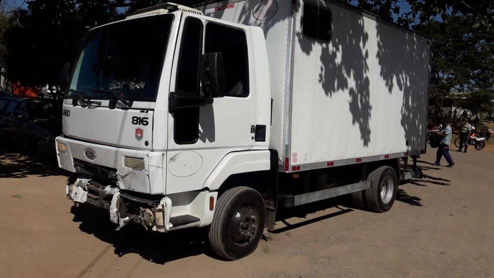 Caminhão que foi acertado pelo carro na Rodovia Miguel Melhado Campos, em Campinas — Foto: Polícia Rodoviária