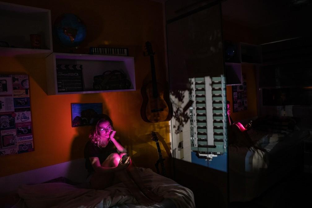 Ensaio usa princípio da 'camera obscura' para fundir vista da janela com interior de casas durante a pandemia — Foto: Beatriz Grieco/obs-cu-ra Pandemic Portraits