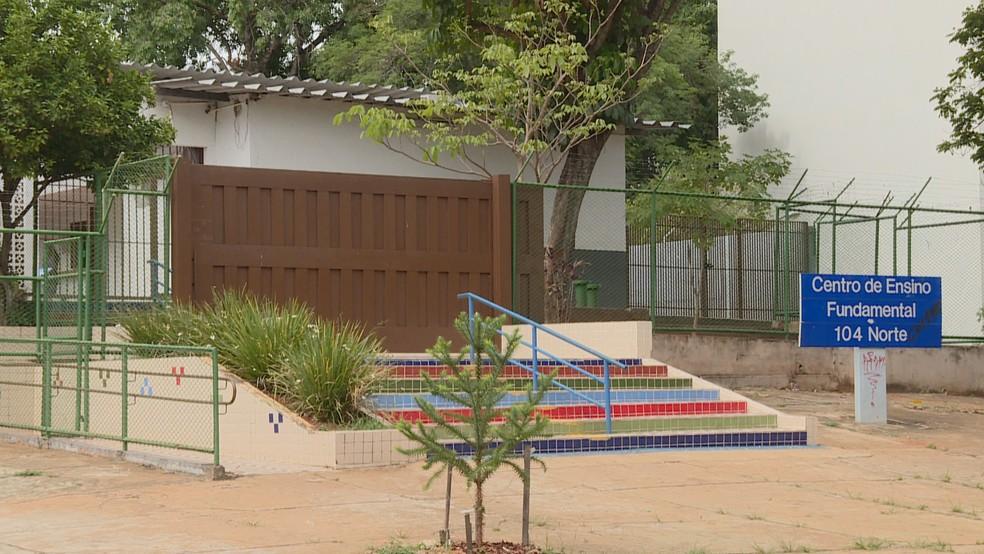 Fachada do Centro de Ensino Fundamental (CEF) 104, da Asa Norte.  — Foto: TV Globo/Reprodução