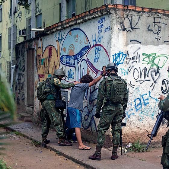 TROPAS NAS RUAS O Rio de Janeiro faz experiências com as Forças Armadas no patrulhamento desde a década de 1990. Resultados são frágeis, mas medida se repete (Foto: Mauro Pimentel/Afp)