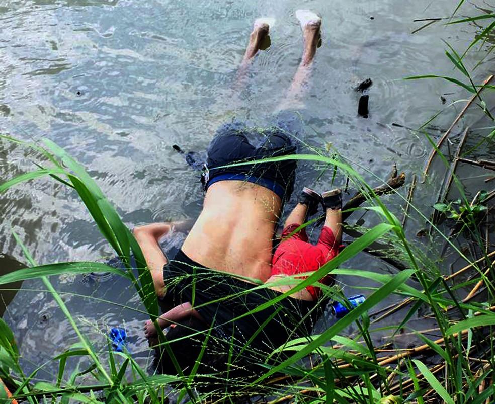 Migrante salvadorenho Oscar Martinez Ramirez e da filha morreram ao tentar atravessar o rio Grande, que fica fronteira entre o México e os EUA  â?? Foto: AFP