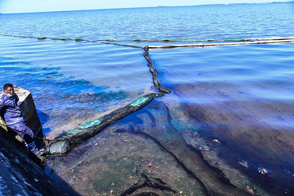 Óleo que vazou de navio nas Ilhas Maurício, em foto de 12 de agosto — Foto: Beekash Roopun/L'Express Maurice/AFP