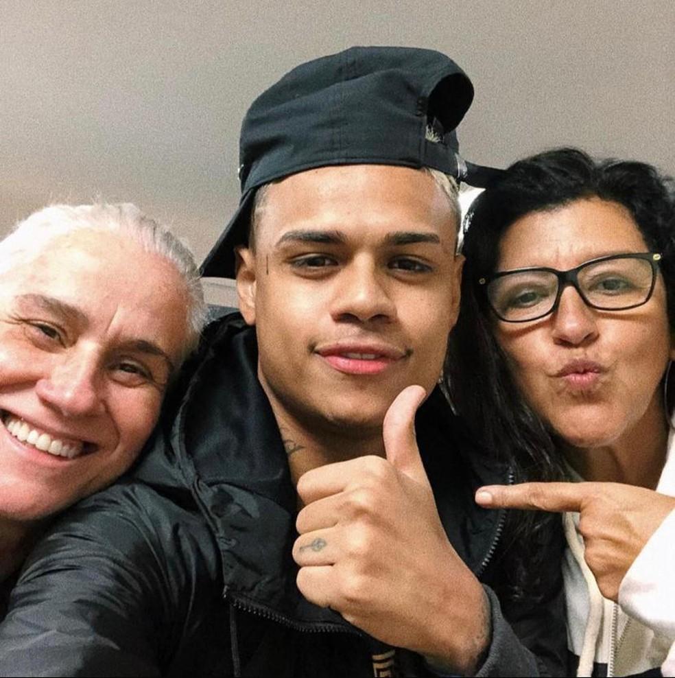 Cabelinho com Vera Holtz e Regina Casé nos bastidores de 'Amor de mãe' — Foto: Divulgação