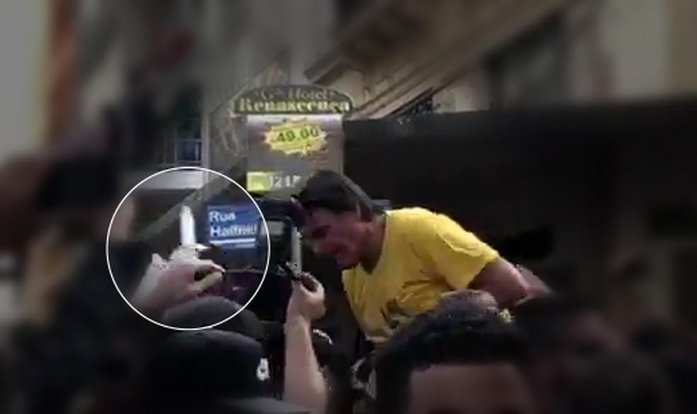 Imagem mostra ataque a Bolsonaro — Foto: Reprodução/TV Globo