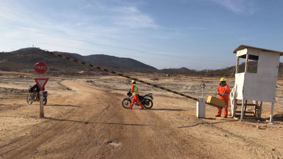 Acessos ao dique de Negreiros são interditados  (Foto: Paulo Ricardo Sobral/ TV Grande Rio )