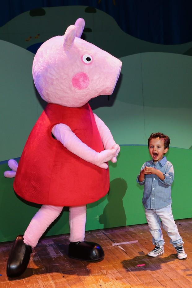Arthur com a Peppa (Foto: Manuela Scarpa/Photo Rio News)
