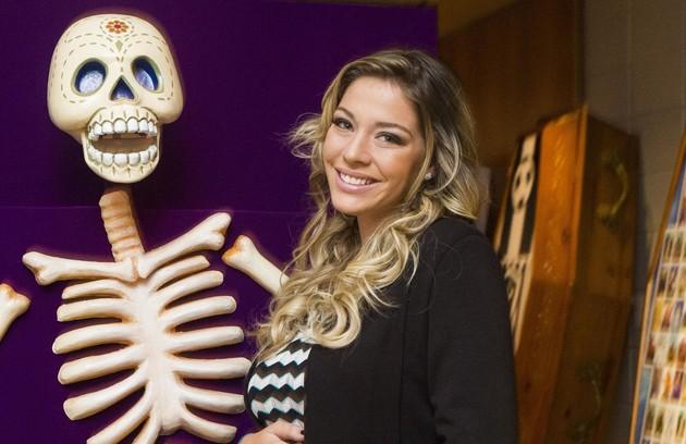 Luma Costra gravou 'Pé na cova' até os últimos dias de gestação. Na série, sua personagem também engravidou (Foto: TV Globo)