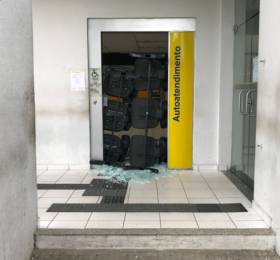 Em Angicos, bandidos arrombar a agência do BB. Um malote de dinheiro foi levado (Foto: Clayton Carvalho/Inter TV Cabugi)