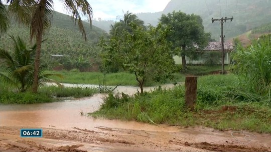 Estrada fica interditada e vendaval destelha casas em Rio Bananal, ES