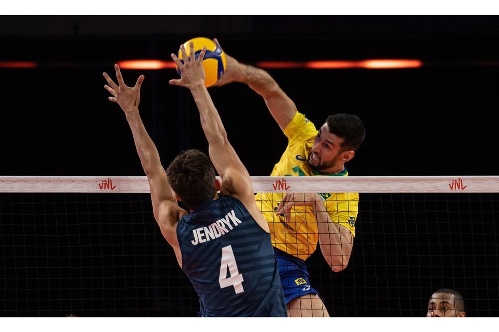 Flavio em ação contra os EUA — Foto: FIVB
