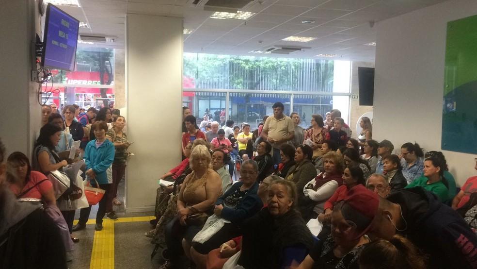 Usuários enfrentam fila na Farmácia Especial do Paraná, em Curitiba, nesta terça-feira  (Foto: Elaine Cristina dos Santos/Arquivo pessoal )
