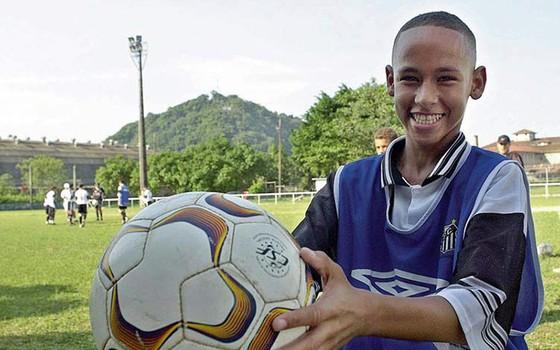 Aos 14 anos, Neymar posa para foto quando jogava na categoria de base do Santos Futebol Clube (Foto: MAURÍCIO DE SOUZA/AGÊNCIA ESTADO)