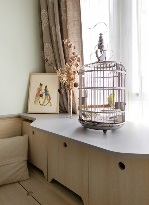 A gaiola do pássaro fica posicionada próxima à janela, para que o pet esteja sempre em contato visual com o ar livre (Foto: Sim-Plex/ Reprodução)