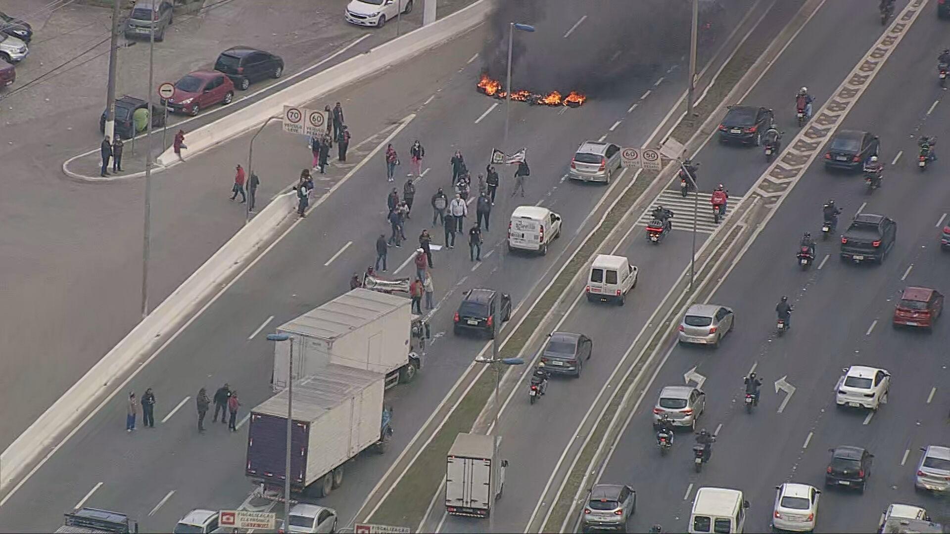 Protesto de funcionários da Fundação Casa interdita parcialmente a Marginal Tietê na Zona Norte de SP