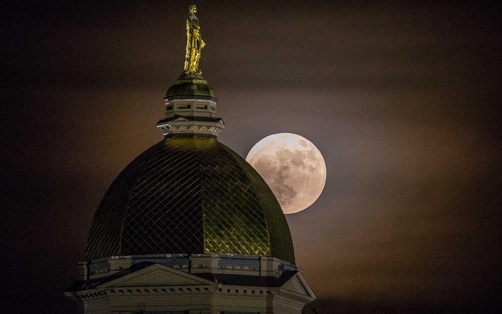 A Lua ilumina parte da Universidade da Notre Dame em Indiana, nos Estados Unidos (Foto: Robert Franklin / South Bend Tribune / via AP Photo)
