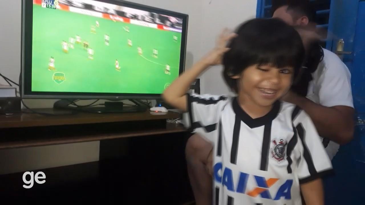 No AP, torcedor do Corinthians de 4 anos dribla problema de visão para acompanhar os jogos