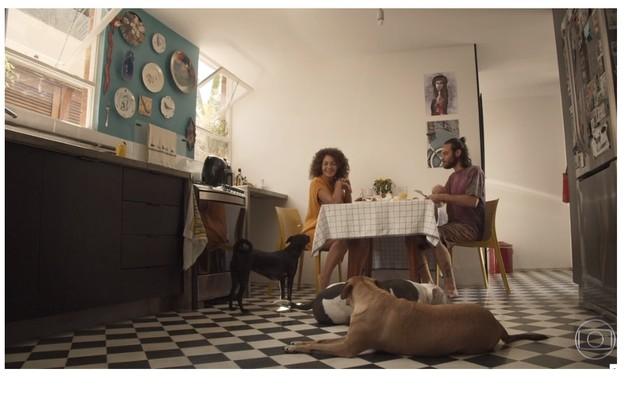 Cozinha de Emilio Dantas e Fabiula Nascimento tem inspiração vintage. Na imagem, também aparecem os cães Chã, Patinho e Lagarto (Foto: Reprodução)