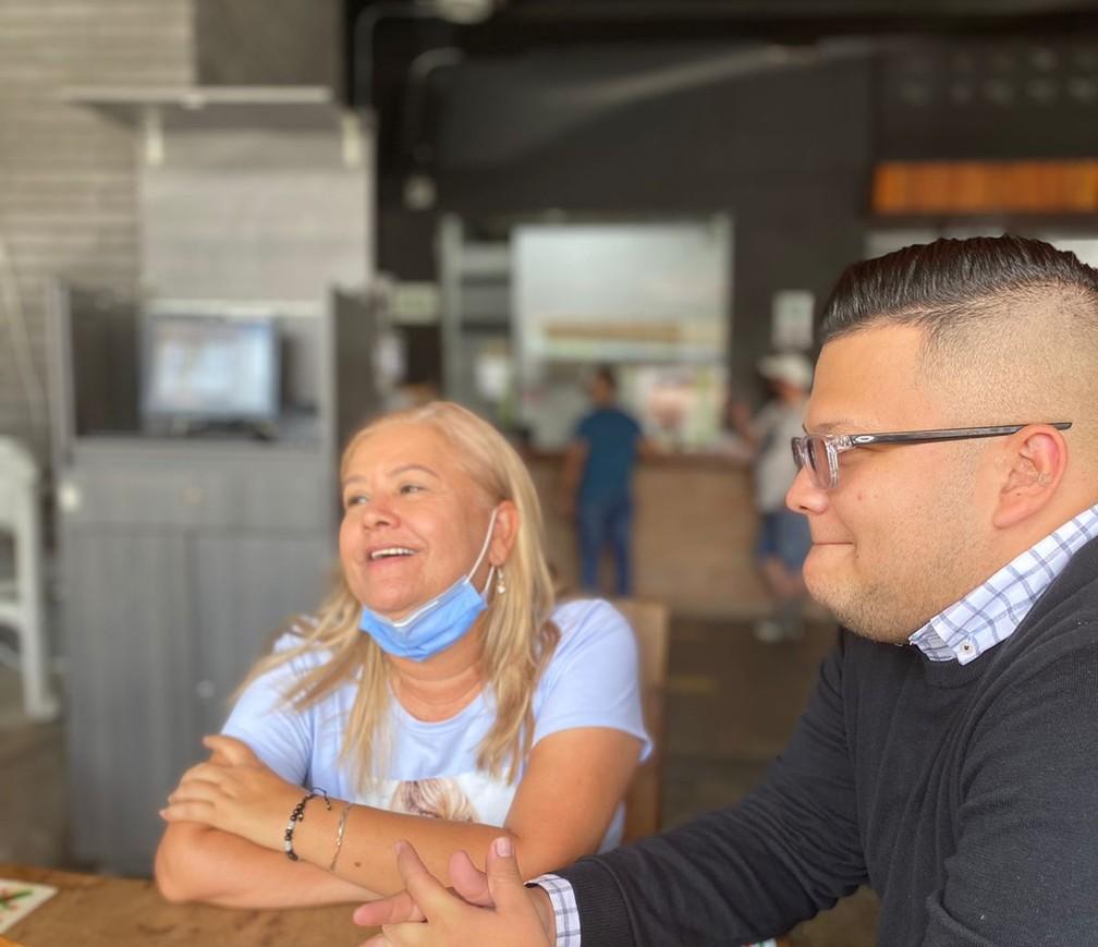 Martha Sepúlveda e o filho Federico conversam com a TV colombiana: Martha decidiu pela eutanásia por sofrer com dores e perdas de movimento causados pela ELA — Foto: Federico Redondo Sepúlveda/Reprodução/Twitter