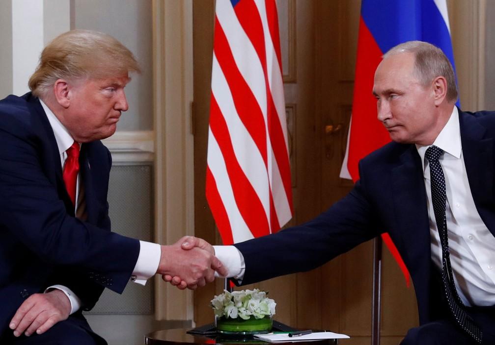 Presidentes Donald Trump e Vladimir Putin se cumprimentam no início de encontro em Helsinque, na Finlândia, nesta segunda-feira (16)  (Foto: Kevin Lamarque/ Reuters)