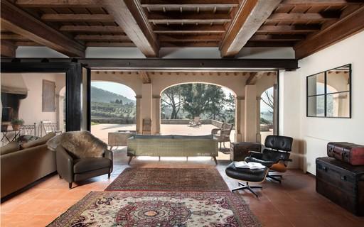 Antiga casa de fazenda na Toscana se transforma em residência contemporânea