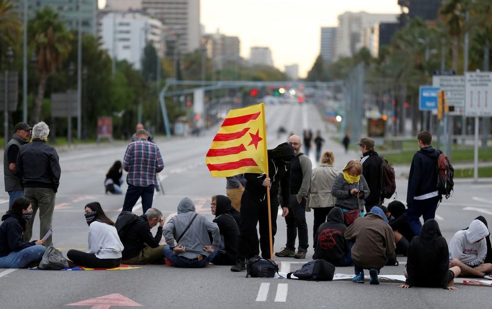 Manifestantes catalães bloqueiam a Avenida Diagonal durante a greve geral em Barcelona, na Espanha, nesta sexta-feira (18)  — Foto: Rafael Marchante/ Reuters
