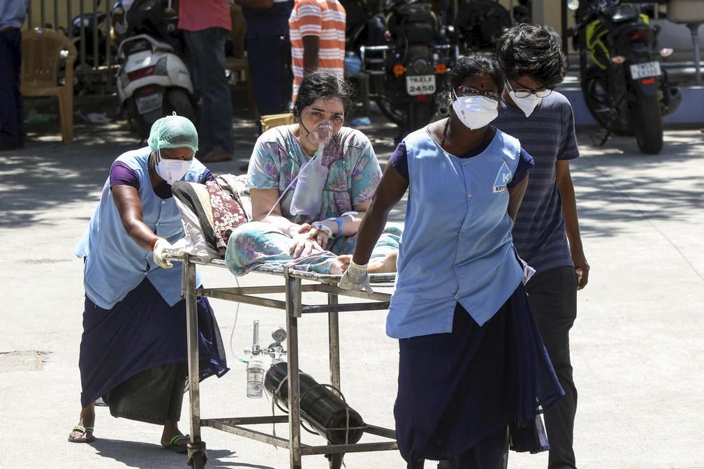 Paciente com Covid-19 recebe oxigênio e é levada ao Hospital Geral Rajiv Gandhi, em Chennai, no domingo (17) — Foto: R. Parthibhan/AP