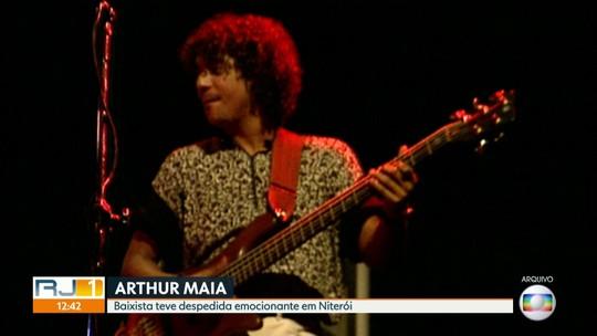 Corpo do baixista Arthur Maia é enterrado em Niterói