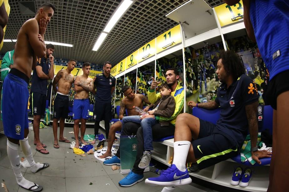 Abraçado por Neymar, Neto lança livro com histórias que