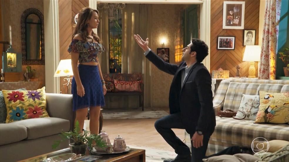 Beto (João Baldasserini) pede Tancinha (Mariana Ximenes) em casamento - 'Haja Coração' — Foto: Globo