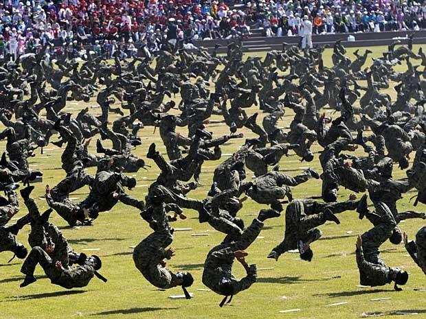 Soldados ensaiam exibição de artes marciais para a festa de 64 anos do Dia das Forças Armadas da Coreia do Sul, que será realizada na próxima segunda-feira (1º). Evento também promete desfiles militares, exibições de paraquedistas e manobras aéreas. (Foto: Ahn Young-joon / AP Photo)