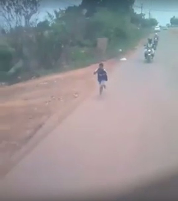 Menino de 11 anos ainda corre atrás do ônibus (Foto: Reprodução Youtube)