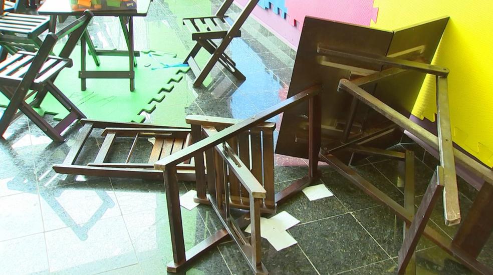 Cadeiras ficaram reviradas na confusão (Foto: Reprodução/TV TEM)