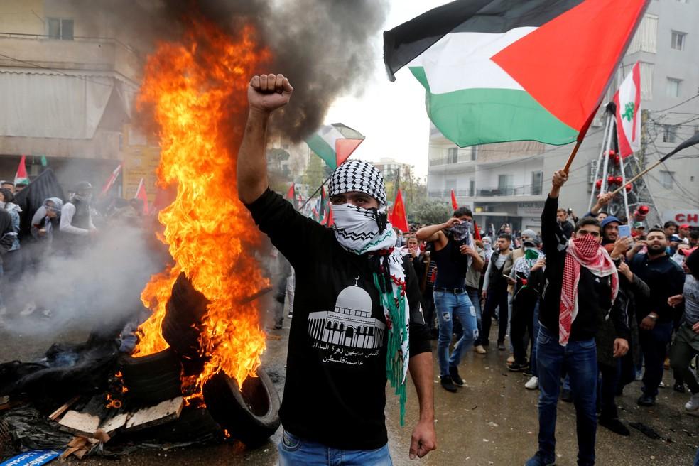 Manifestantes perto da Embaixada dos EUA, em Beirute, no Líbano (Foto: Mohamed Azakir/Reuters)