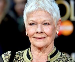 Judi Dench diz que vai continuar a atuar mesmo com  visão deteriorada aos 86 anos