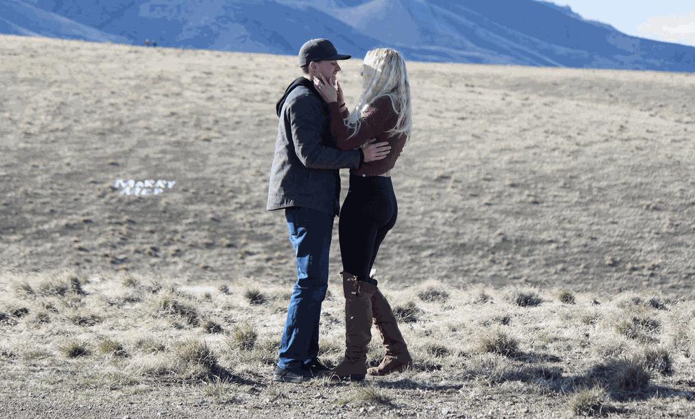 O casal Levi e Alisson durante a proposta (Foto: Alisson Barron/Facebook)