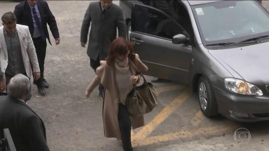 Juiz acusa formalmente Cristina Kirchner de chefiar grupo para receber propinas e pede prisão preventiva da ex-presidente