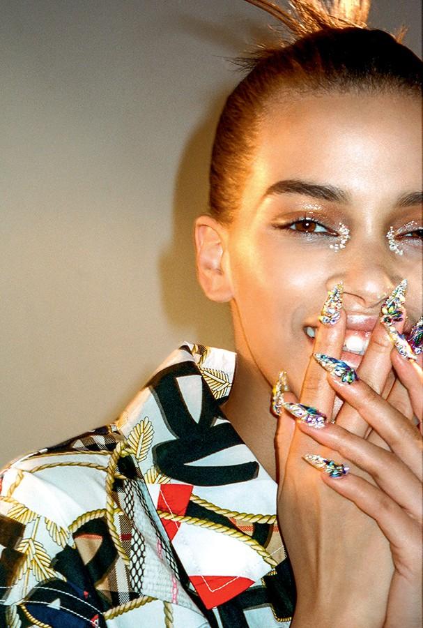Bling, bling: as unhas cravejadas de cristais Swarovski feitas pela nail artist Jenny Bui (Foto: Divulgação)