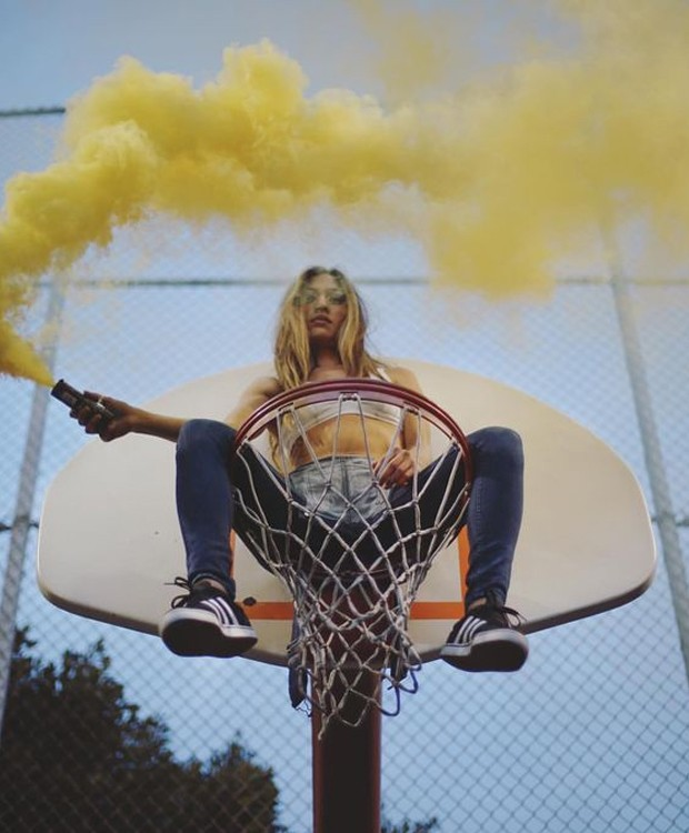 Cheios de atitude, os cliques esportivos com bombas de fumaça são super divertidos (Foto: Pinterest/ Reprodução)