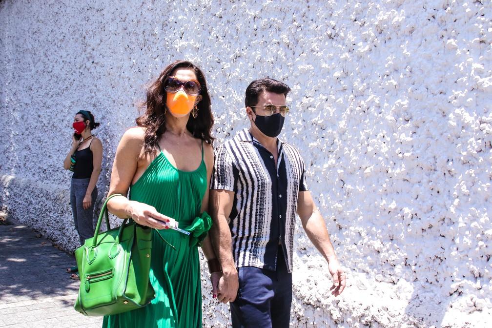 Claudia Raia e Jarbas Homem de Mello chegam para votar na capital paulista — Foto: Thiago Duran/AgNews