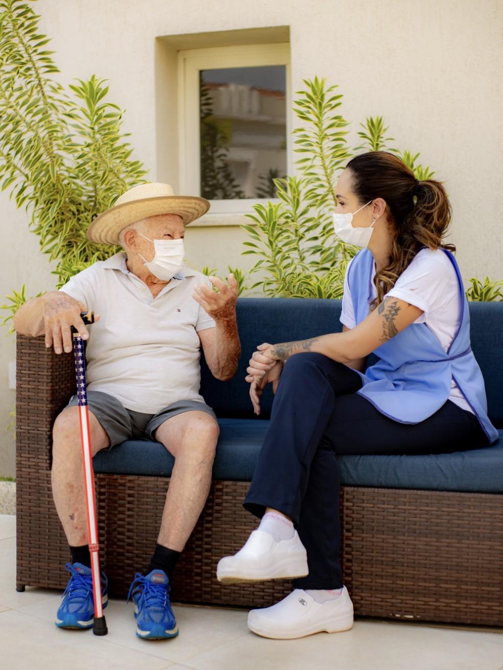 Profissionalização do cuidador de idosos: conhecimento e noções de primeiros socorros são fundamentais. — Foto: Crédito: Matheus Machioni