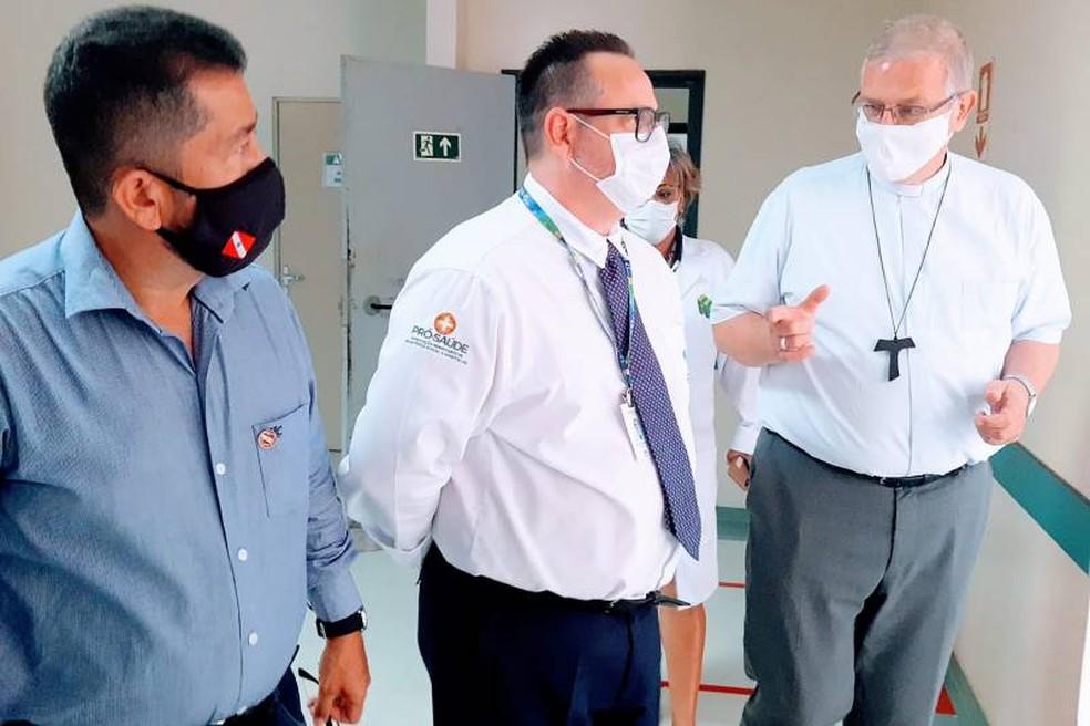 Henderson Pinto e Hebert Moreschi acompanhando Antonio Guizetti, representante do Vaticano, em visita ao HRBA — Foto: Ascom HRBA/Divulgação