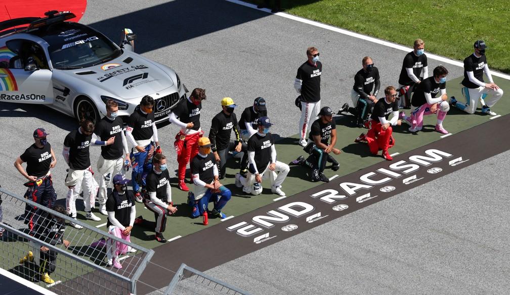 Pilotos fazem protesto antirracista em Spielberg antes do GP da Áustria — Foto: Getty Images