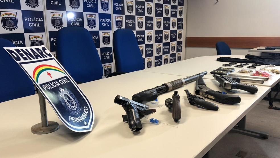 Entre as armas apreendidas pela polícia com suspeito em Itapissuma, no Grande Recife, estão duas de uso restrito das forças armadas — Foto: Thiago Augustto/TV Globo