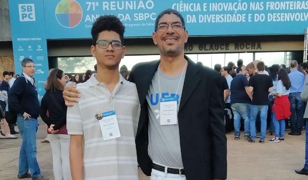 Para desenvolver a ferramenta, Maicon Douglas contou com a orientação do professor Jorge Lúcio dos Santos — Foto: Arquivo pessoal