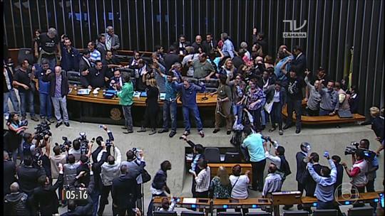 Vândalos invadem a Câmara dos Deputados pedindo intervenção militar