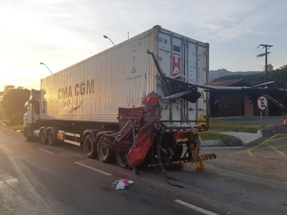 Caminhão carregado com lecitina de soja bateu na traseira de caminhão que transportava frango congelado — Foto: PRF/Divulgação