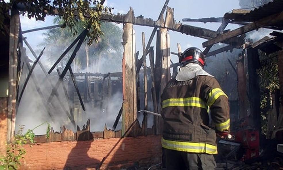 Ação dos bombeiros de Cândido Mota evitou que fogo atingisse casas vizinhas — Foto: Corpo de Bombeiros/Divulgação