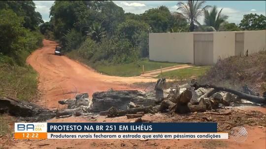 Produtores rurais fecham a BR-251 em protesto contra a má condição da estrada no sul da Bahia