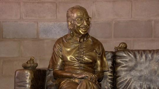 Estátua de Manoel de Barros ainda não tem data certa para instalação em MS